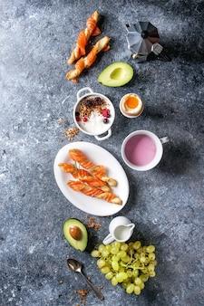 Set de petit déjeuner avec du saumon et du yaourt