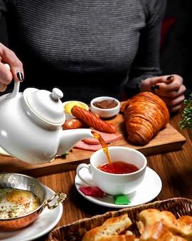 Set de petit déjeuner avec du thé noir