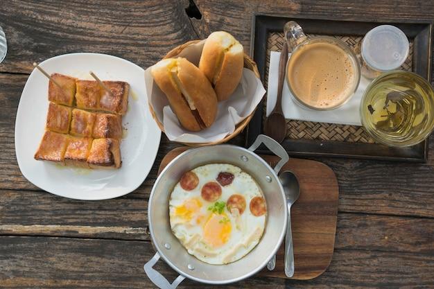 Set de petit déjeuner, pain, café et oeuf