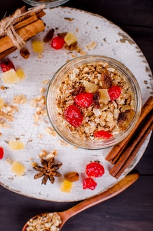 Set de petit-déjeuner sain granola dans un bocal en verre