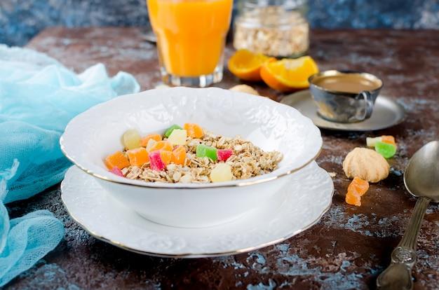 Set de petit-déjeuner santé granola, café et jus