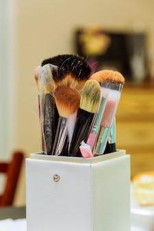 Set de pinceaux pour le maquillage sur table