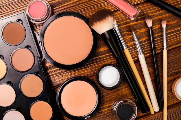 Set pour le contour du maquillage du visage, la poudre, le fond de teint, les pinceaux, le fond de teint.