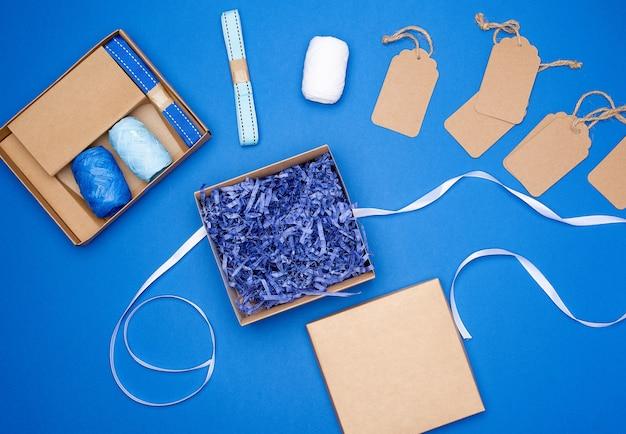 Set pour emballer des cadeaux de vacances sur une surface bleue