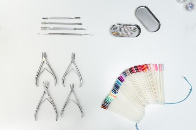 Set pour manucure. outils, pinces, palette, produits de soin