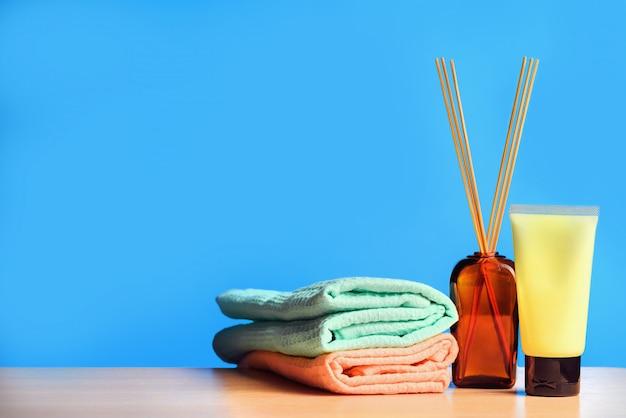 Set pour massage spa avec crème, serviettes et bâtons d'encens.