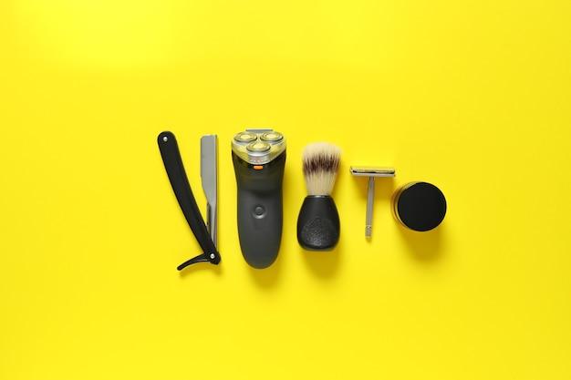 Set pour le rasage masculin sur jaune, vue de dessus