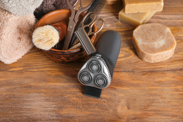 Set pour le rasage masculin sur table en bois