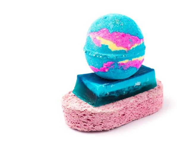 Set pour la salle de bain. sel de bain sur un morceau de savon et un feston rose. fond blanc. copier l'espace