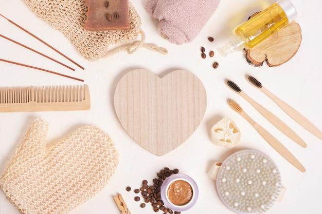 Set pour le soin et l'hygiène, accessoires de salle de bain en matériaux naturels sur fond beige, mode de vie zéro déchet