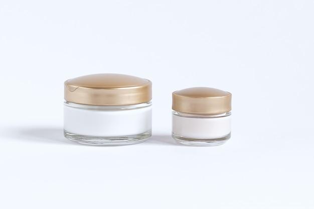 Set pour le soin de la peau autour des yeux et de la peau composé de bocaux en verre avec crème et sérum