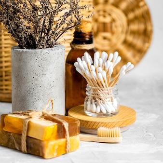 Set de produits de nettoyage écologiques avec savons et cotons-tiges