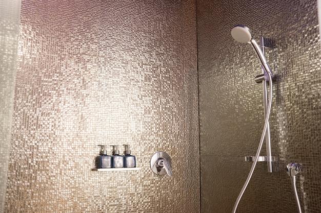 Set de savon et shampoing dans la salle de bain