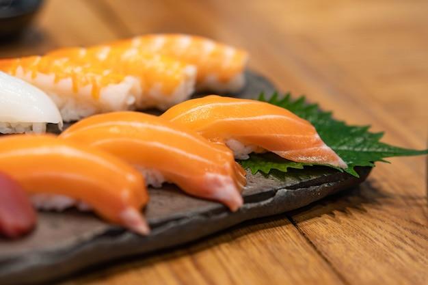 Set de sushi au saumon frais