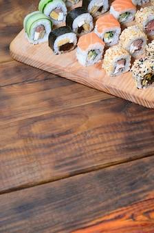 Set de sushi d'un certain nombre de rouleaux est situé