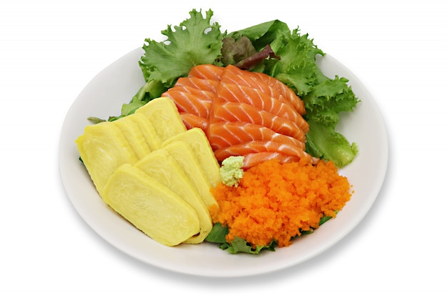 Set de sushi sashimi de saumon cru, oeuf tobiko, oeuf de crevettes.