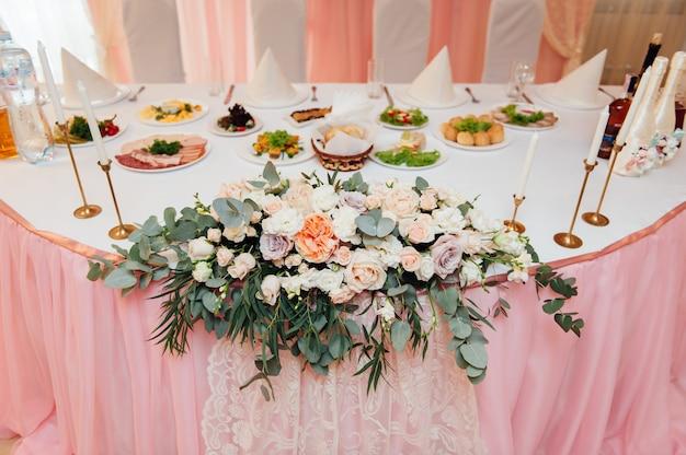 Set de table élégant avec des fleurs