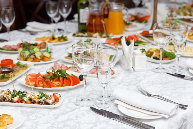 Set de table pour un mariage ou un autre dîner d'événement avec traiteur. concept : servir. fête. anniversaire. mariage