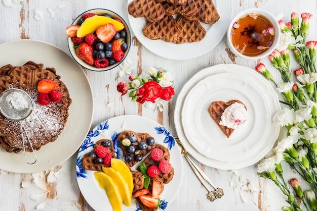 Set de table pour le petit déjeuner avec gaufres au chocolat et berr