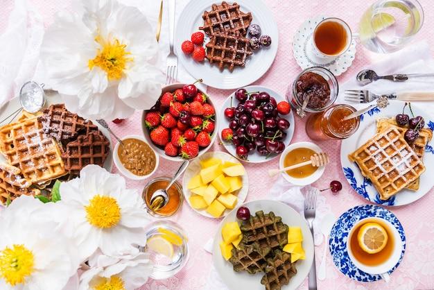 Set de table pour petit déjeuner avec gaufres et baies