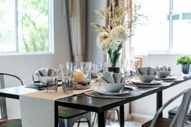 Set table de salle à manger dans la maison