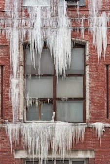 Le seuil est recouvert de gros glaçons depuis la fenêtre
