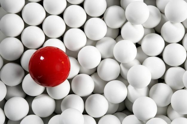 Seul ballon de billard rouge petites boules blanches