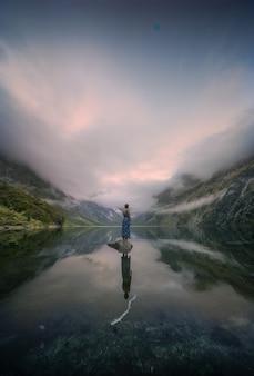 Seul devant le paysage en nouvelle-zélande