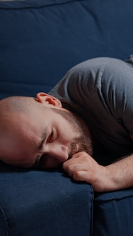 Seul homme adulte traverse une rupture sentiment de douleur de frustration