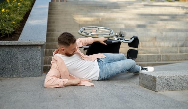 Seul un homme handicapé est tombé d'un fauteuil roulant
