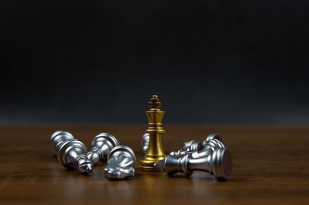 Un seul jeu d'échecs debout et un autre jeu d'échecs qui tombe.