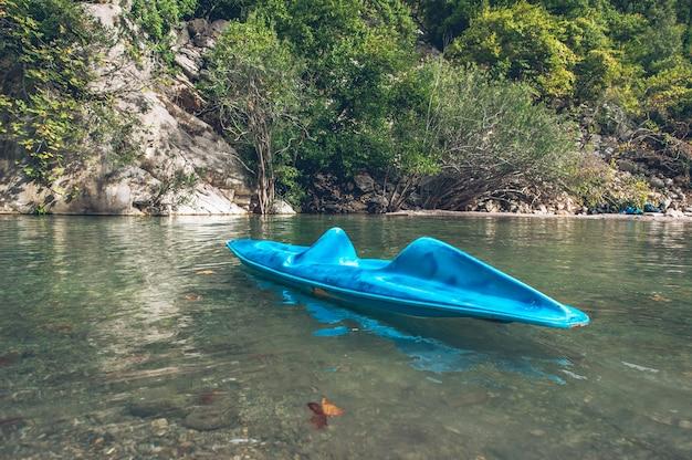 Un seul kayak dans le canyon