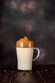 Un seul verre de café mousseux tendance algona