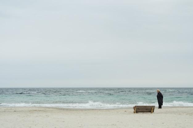 Seule vieille femme sur la plage