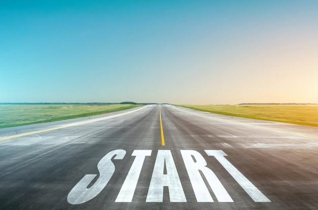 Seulement en avant. le concept de persévérance, force de volonté. la route avec un ciel bleu et des soleils brillants devant nous.
