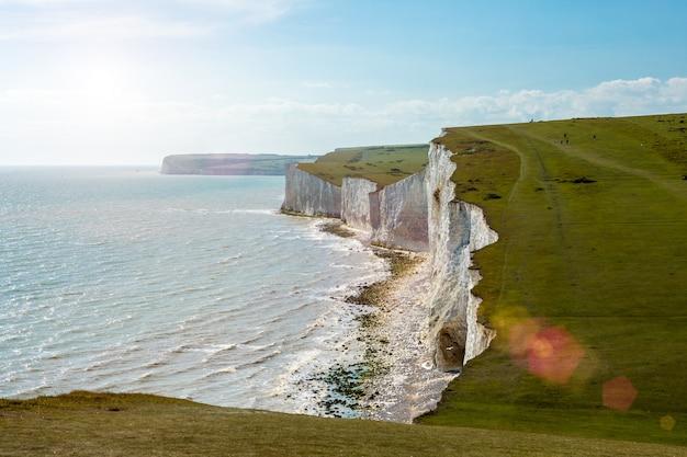 Seven sisters est une série de falaises de craie de la manche. royaume-uni. coucher de soleil rétro-éclairé