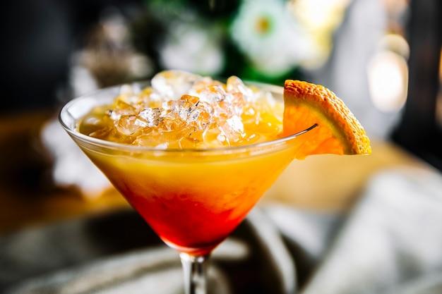 Sexe sur la plage cocktail dans un verre à martini avec des tranches d'orange sur la vue de dessus