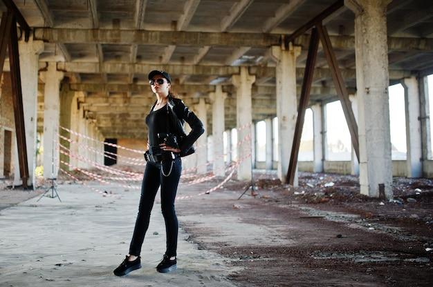 Sexy agent du fbi à l'endroit abandonné