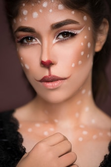 Sexy beauty girl avec chat maquillage sur son visage