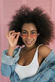 Sexy belle femme afro-américaine posant