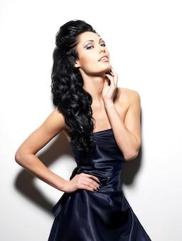 Sexy belle femme brune aux cheveux longs