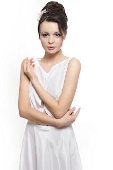 Sexy belle femme femme vêtue d'une robe blanche mariée isolée sur blanc