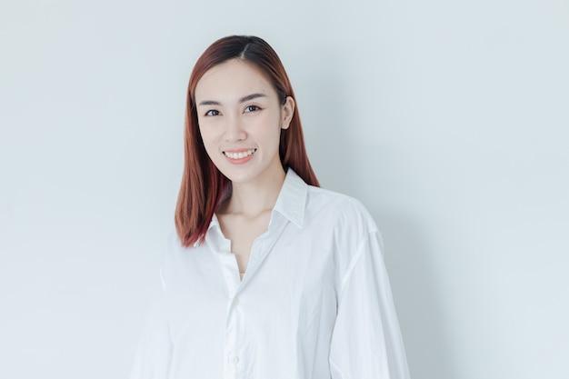 Sexy belle femme porter une chemise blanche sourire dans la chambre au matin