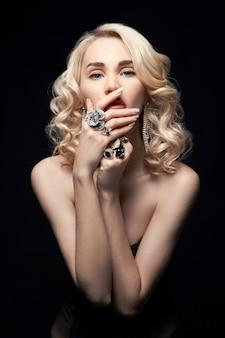 Sexy belle fille blonde aux cheveux longs. portrait de femme parfaite