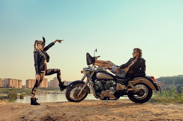 Sexy couple de motards sur la moto custom vintage, fille dans un masque de lapin