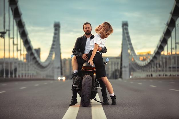 Sexy couple de motards sur la moto vintage. portrait de style de vie en plein air, à un rendez-vous romantique.