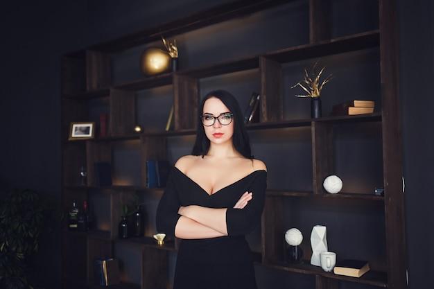 Sexy femme brune à lunettes