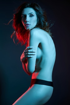 Sexy femme nue dans une ceinture en néon