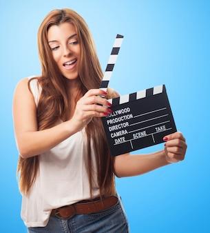 Sexy girl avec clapstick sur fond bleu