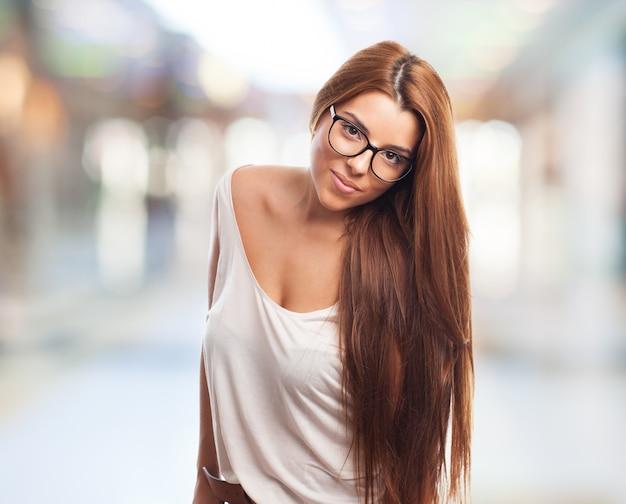 Sexy girl dans des verres en regardant calmement la caméra